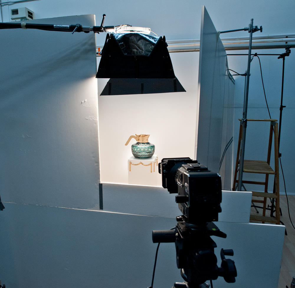 a room is constructed around the object to photograph without glare