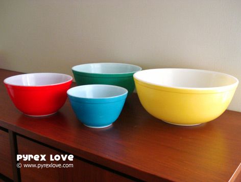 Primary Color bowls (Photo via Pyrex Love)