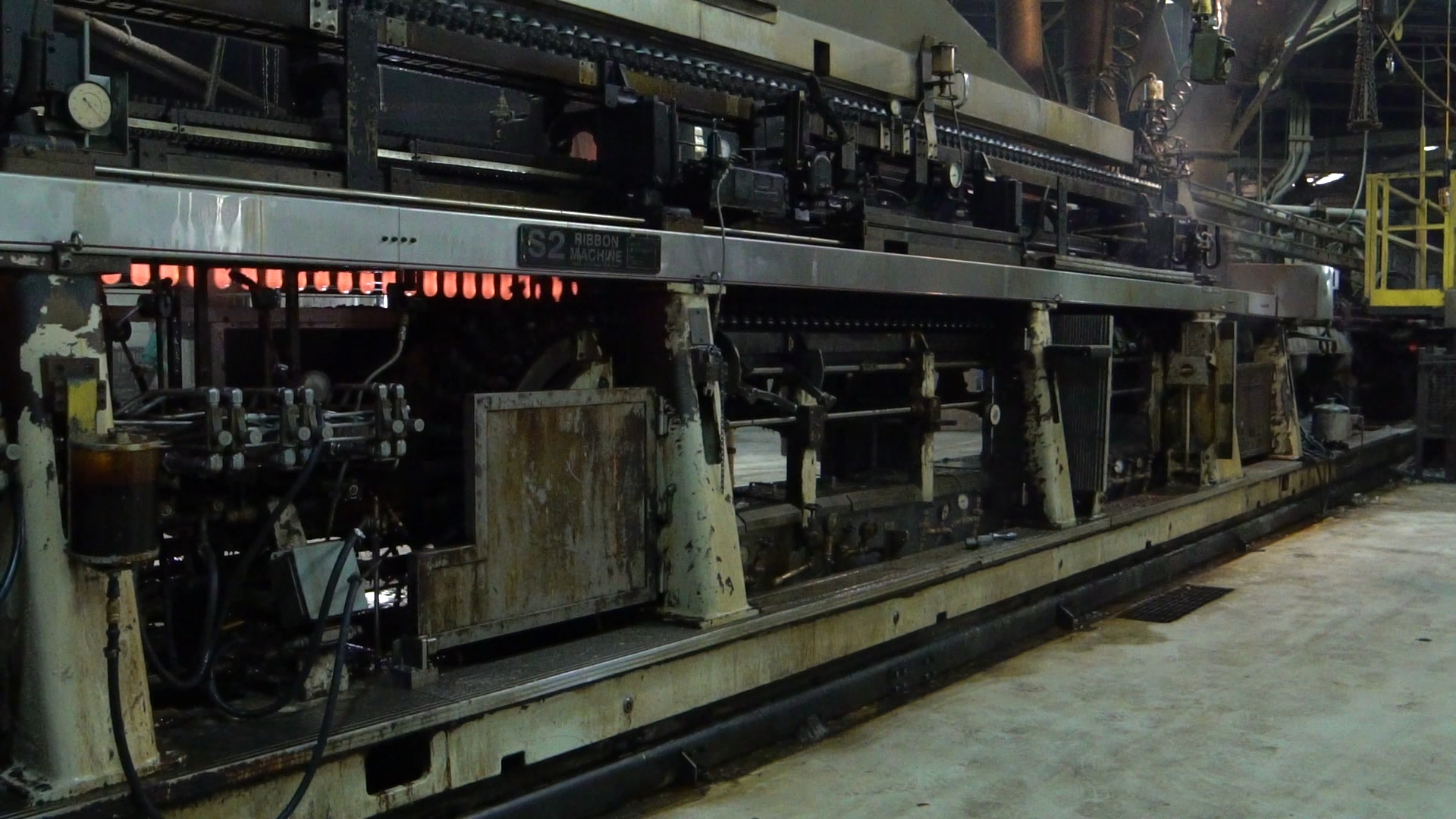 Glass ribbon machine